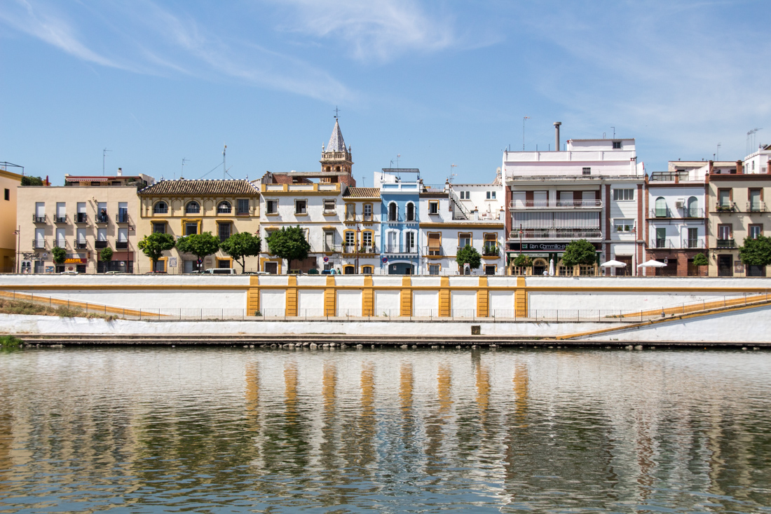 Spiegelungen im Fluss Sevilla